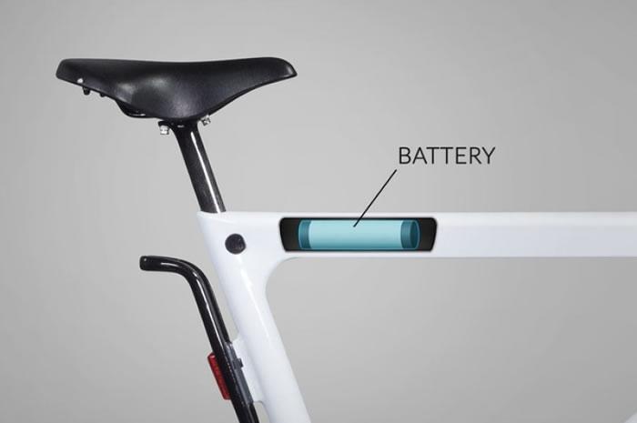 可充电式锂电池隐藏在车架的上管内。