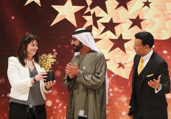 麦克唐奈(左)由阿联酋副总统兼总理马克图姆(中)手中接过奖项。