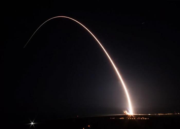 火箭在晚上发射。