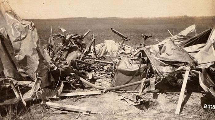 比格的照片中有坠毁的战机残骸。