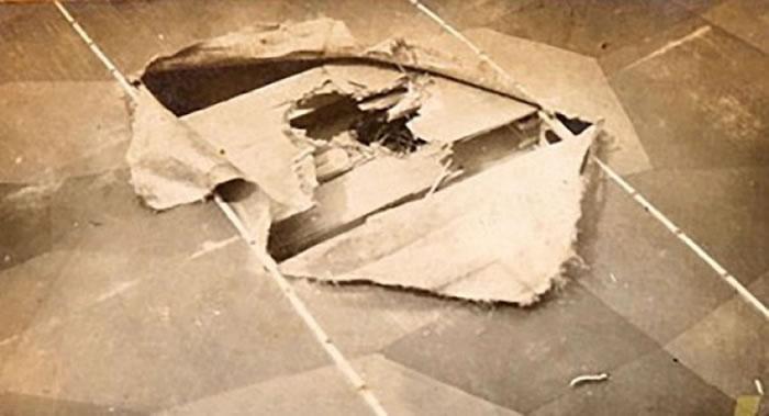 领航员为了修补机翼上的破洞,以军靴堵塞破洞。