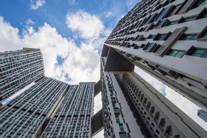 新加坡重新定义了公共住宅:Pinnacle@Duxton有七座50层楼高的大楼,以超过500公尺长的「空中花园」相连。这是高人口密度开发的典范,在狭小的城邦中容