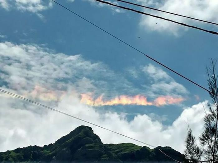"""秘鲁惊现神秘云朵 原来是罕见天气现象""""火彩虹"""""""