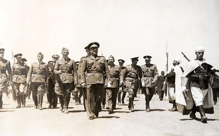 佛朗哥(中)在随从的簇拥下,视察军队。