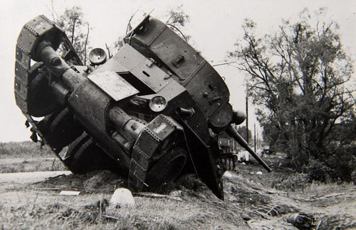 损毁严重的红军坦克。