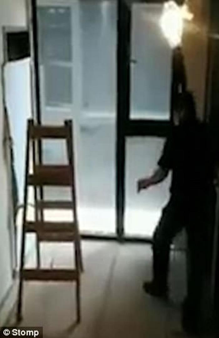 梯子突然诡异自行移动吓到男子