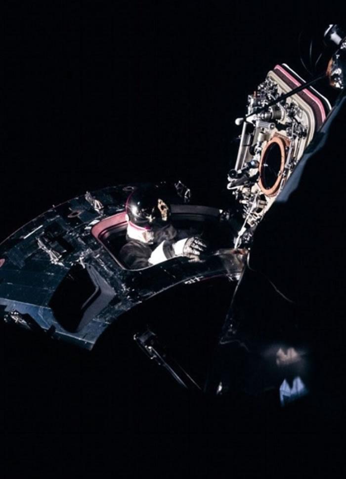 阿波罗9号太空人斯科特进行出舱活动。