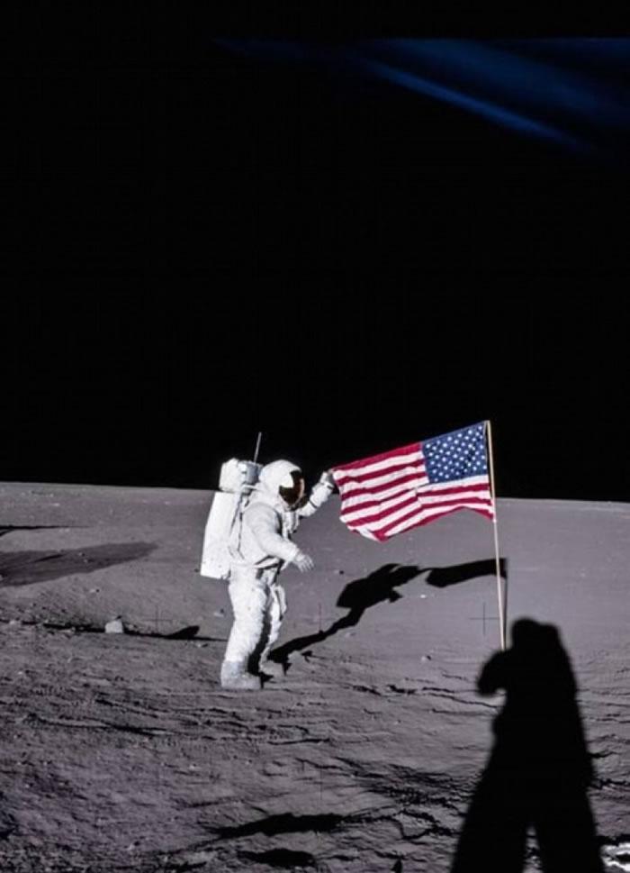阿波罗12号太空人比恩在月球插上美国国旗。