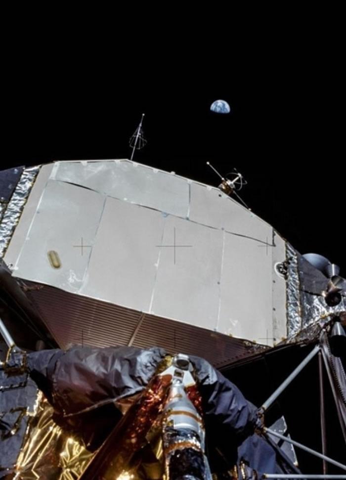 从阿波罗11号登月舱,拍摄远处的地球。