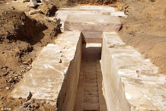考古学家在埃及开罗西南约40公里处的代赫舒尔发现距今约3700年的新金字塔