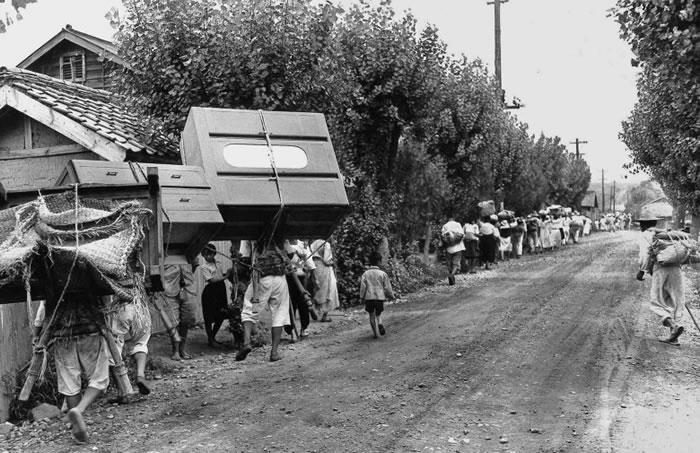 韩国家庭逃离永同郡的战场。