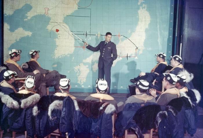 美军作战前讲解行动。