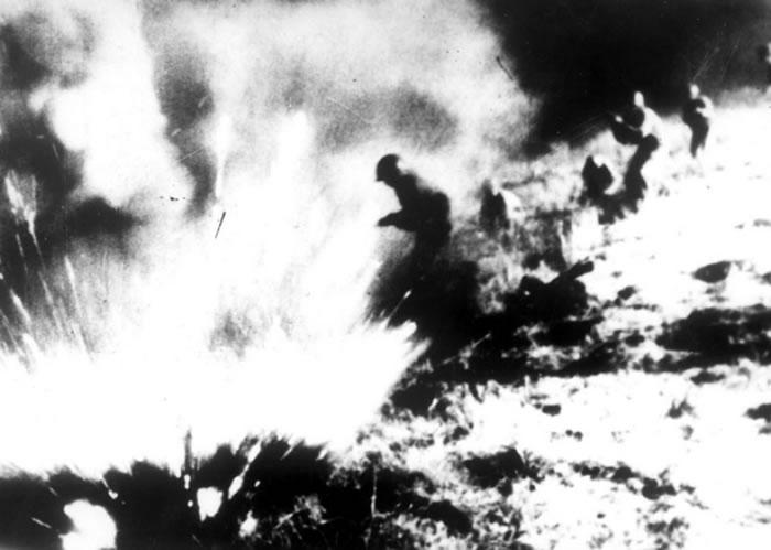 中国人民志愿军在朝鲜战争中炮击美军。