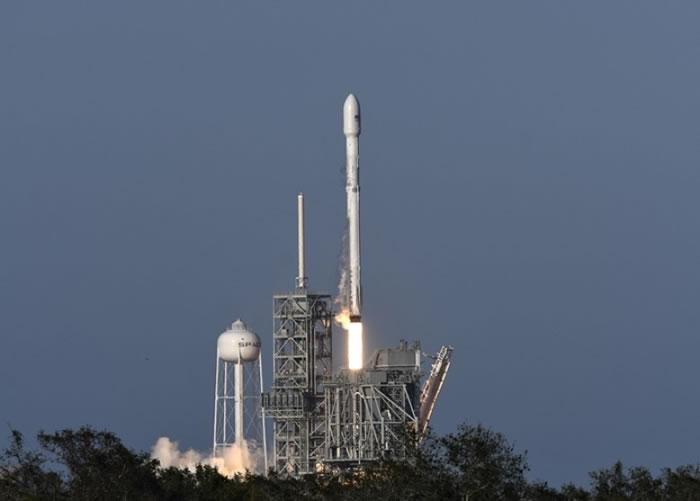 SpaceX成功发射重用的猎鹰9号火箭。