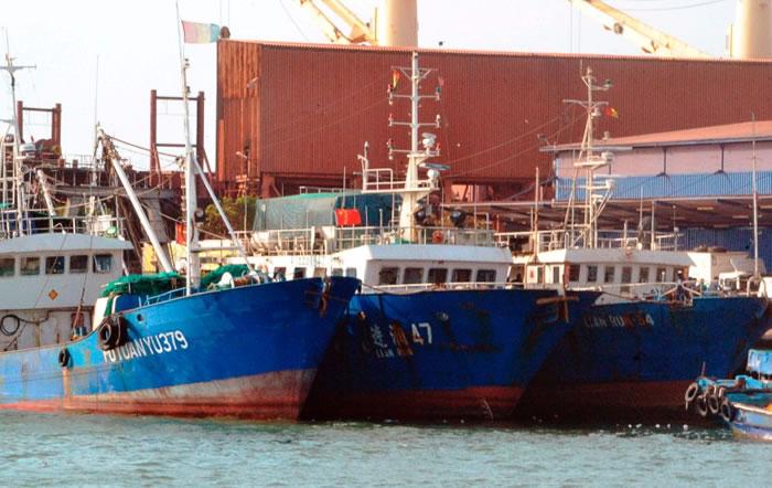 被搜获有大批鱼翅和死鲨的中国渔船。