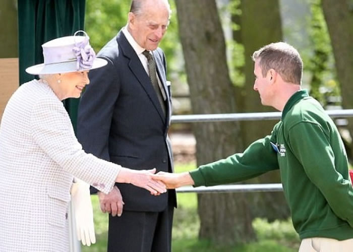 英女王偕王夫(左一及二)为新设的大象保育中心揭幕。
