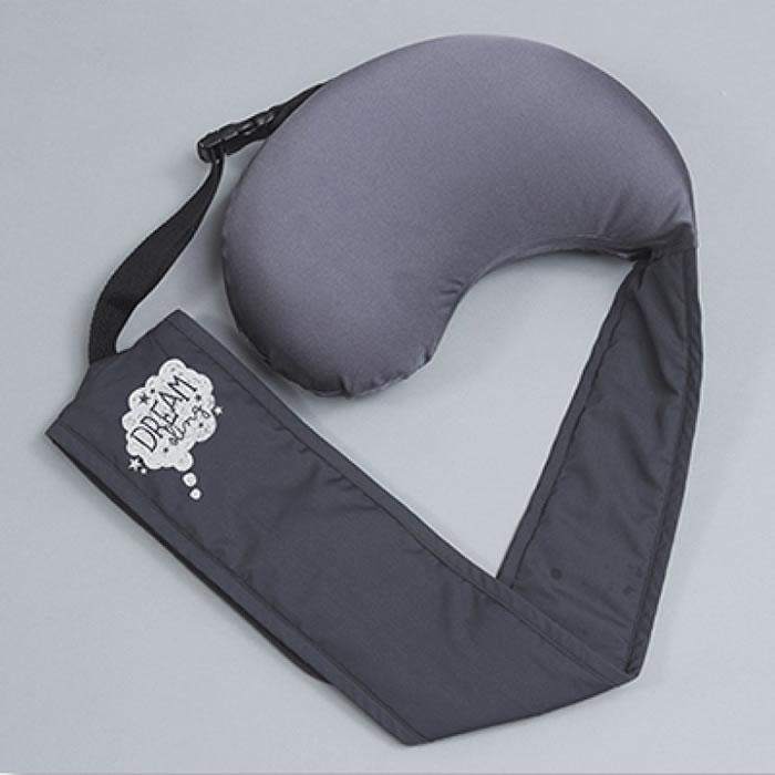 飞机枕外形类似旧款腰包。