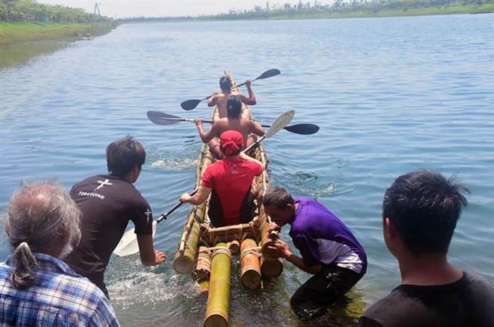 肩负旧石器时代航海实验的竹筏,今天在活水湖展开试划。(庄哲权摄)