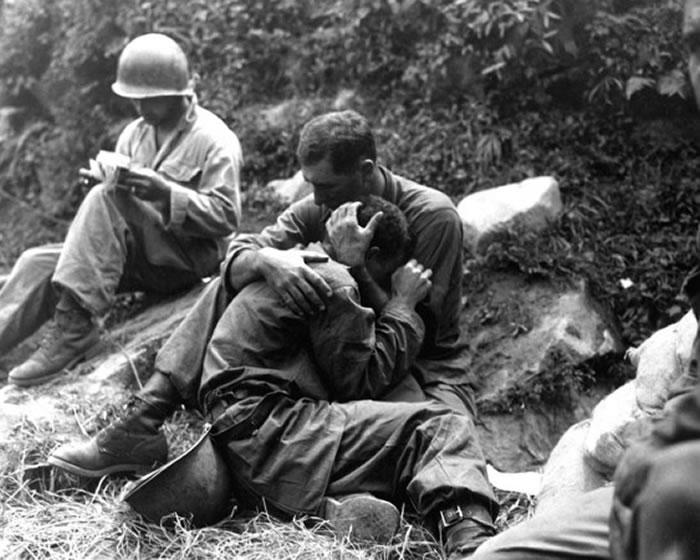 美国士兵抱着痛哭的同伴。