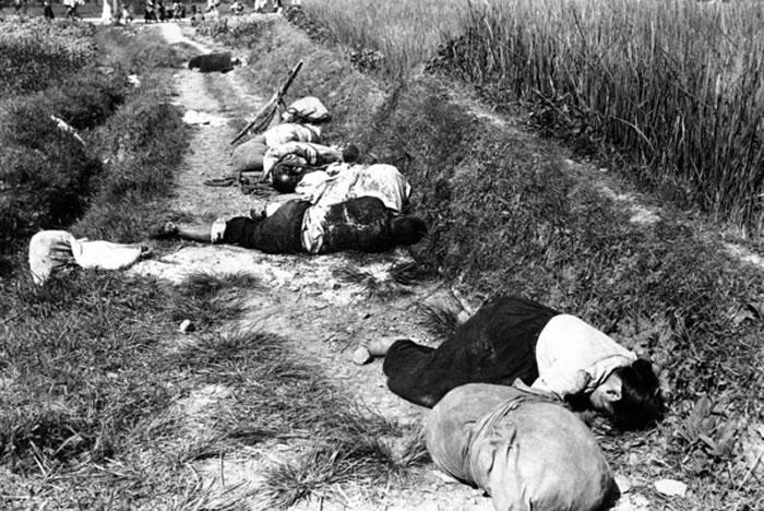 受伤倒地的平民。