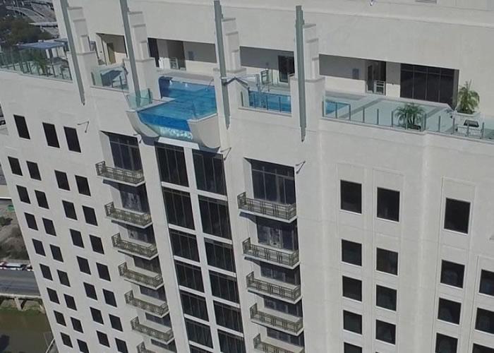 该泳池设于大厦的42楼。