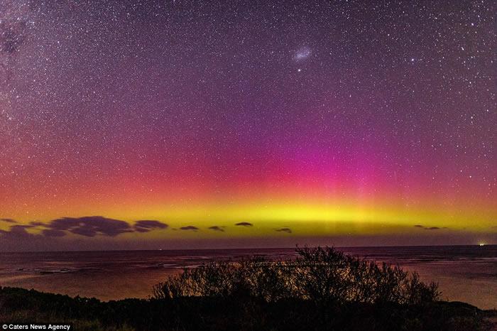 见过南极光吗?澳洲业余摄影师在墨尔本莫灵顿半岛的蘑菇礁附近拍得壮丽南极光