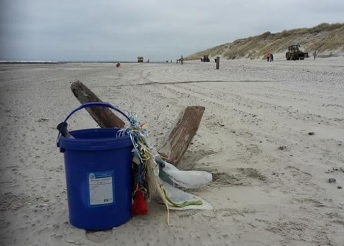 男子拾获瓶中信时,正参与年度的清洁海滩活动。