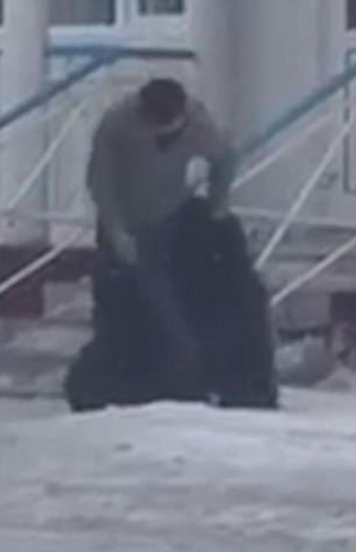 """""""战斗民族"""":俄罗斯男子街头骑黑熊"""