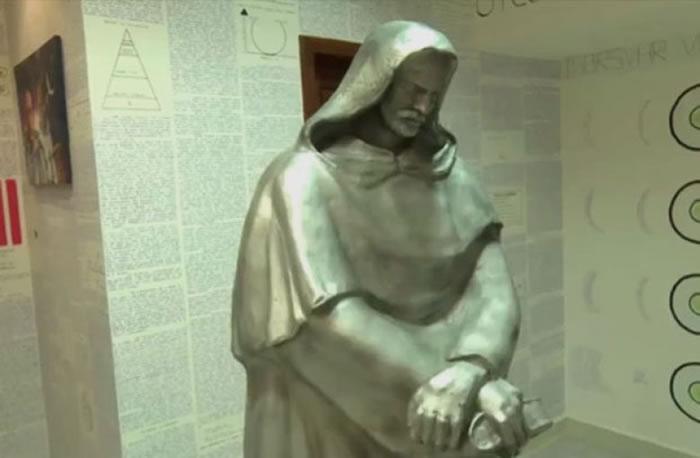 房内有布鲁诺的雕像。