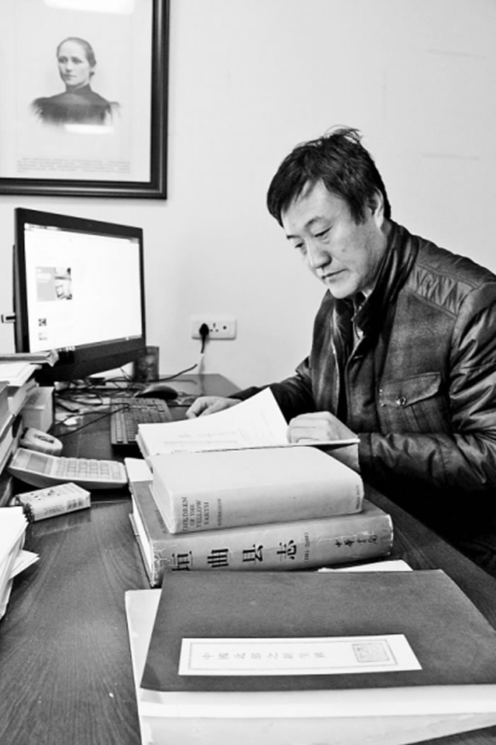 中国社科院仰韶文化研究中心研究员、三门峡市政协委员杨栓朝在查找资料