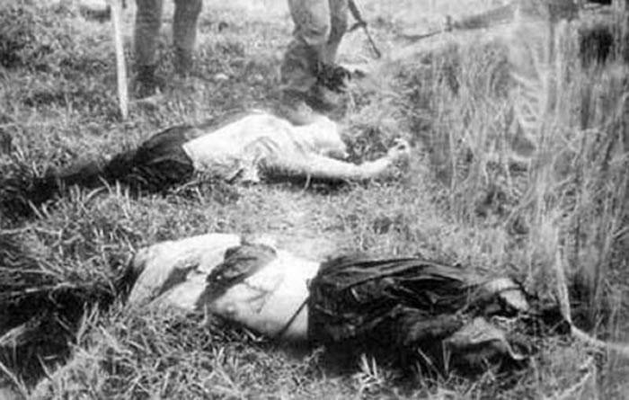 韩国部队在越战屠杀平民,地上躺着两名年轻女子的尸体。