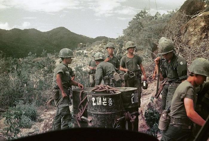 白马部队士兵,铁桶上写着「2营营部连」。