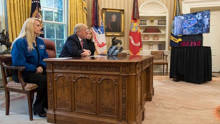 美国总统川普与国际空间站女太空人Peggy Whitson通话时表示:还好我不用喝尿