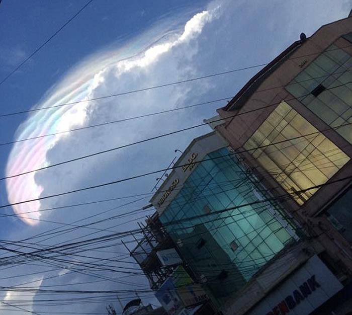 """菲律宾天空出现""""独角兽鬃毛""""七色彩云"""