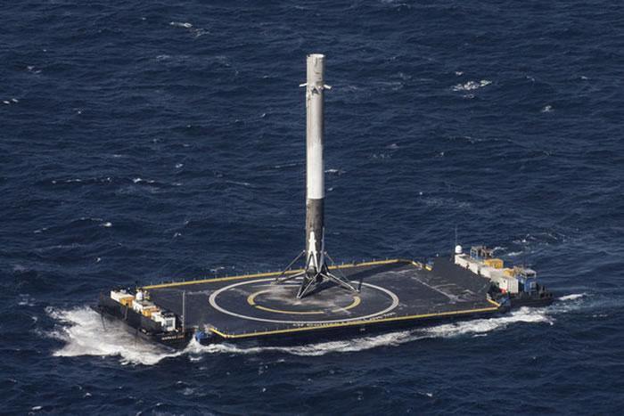 「猎鹰9号」第1节火箭成功降落海上平台。