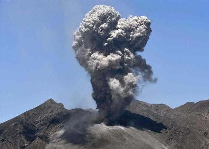 樱岛火山爆发,烟尘直冲天际。
