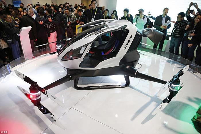 """中东阿联酋迪拜为解决交通挤塞问题计划推出全球首架无人驾驶的飞天的士""""亿航184"""""""