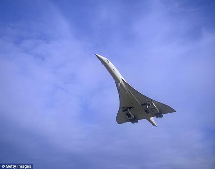 英国北约克郡天空现怪云 形状如超音速喷射机