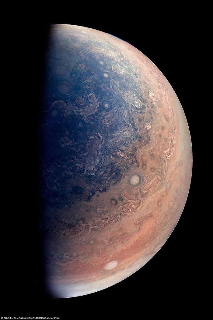 美国太空总署(NASA)发布朱诺号探测器新照片:木星南极美丽蓝色云团
