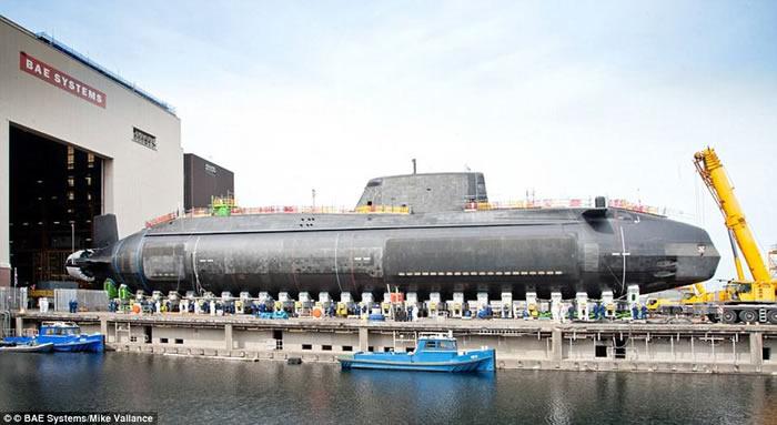 英国皇家海军最新核动力攻击潜艇大胆号(HMS Audacious)正式启用