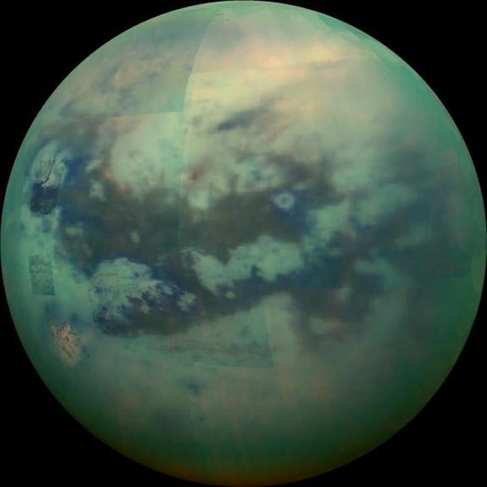 卡西尼号2015年11月13日通过雾霾拍摄的土卫六,蓝绿相间的程度更明显,仿佛就像另一颗地球。