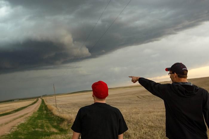 龙卷风的猛威下,成员的工作都有一定危险性。