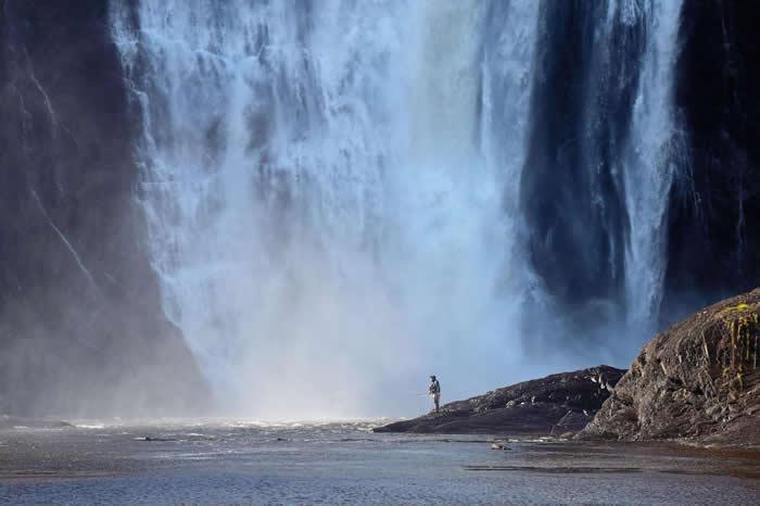 魁北克蒙莫朗西瀑布的钓客