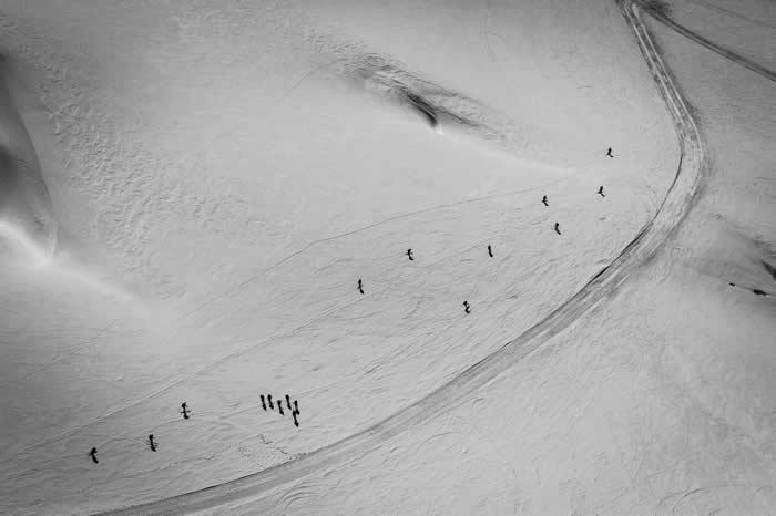 在瑞士阿尔卑斯山脉滑雪
