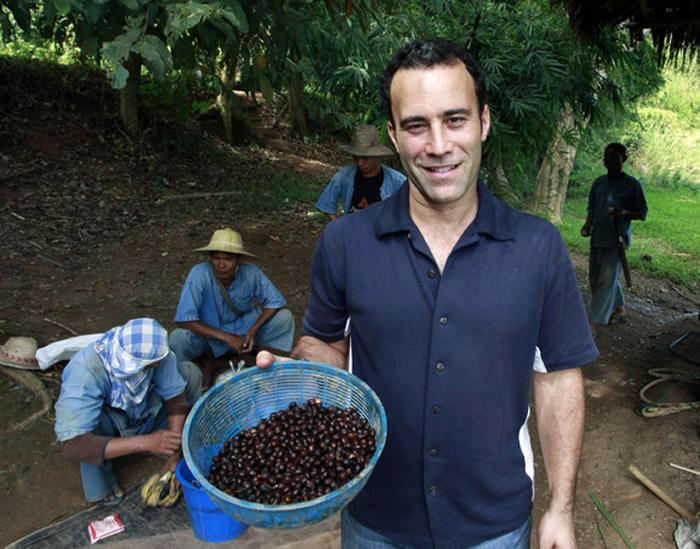 加拿大人布莱克丁金(Blake Dinkin)花10年成功从大象粪便中提炼出史上最贵咖啡