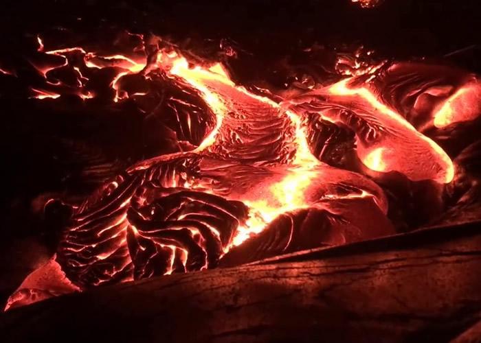 摄影师近距离拍到美国夏威夷基拉韦厄火山岩浆流动的珍贵影像