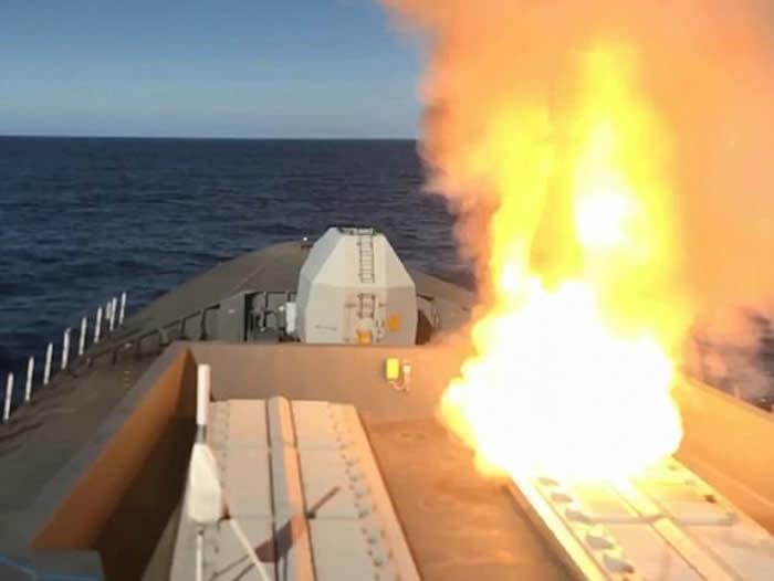 """英国皇家海军45型驱逐舰在苏格兰对开海域测试""""海毒蛇""""防空导弹 四倍音速击落无人机"""