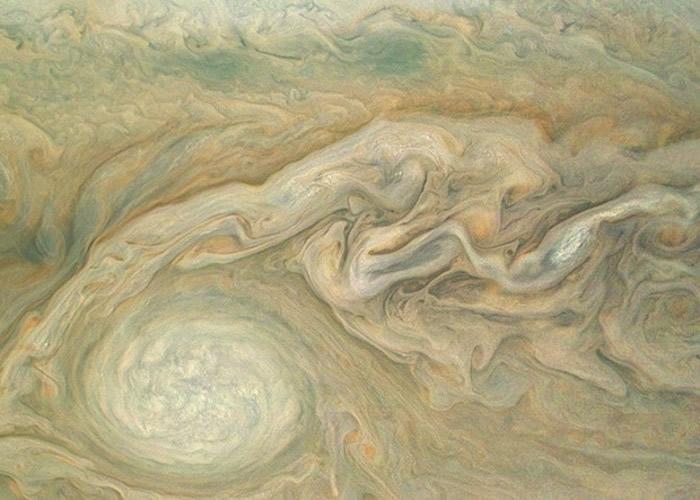 """美国太空总署太阳能推动探测器""""朱诺号""""飞到前所未有接近木星的距离上拍下珍贵照片"""