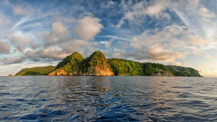 科科斯岛国家公园离哥斯大黎加不远,被联合国科教文组织列为世界遗产。若看过《侏㑩纪公园》,一定能认得这个岛屿,但是科科斯岛最美的风景其实隐藏在水面下