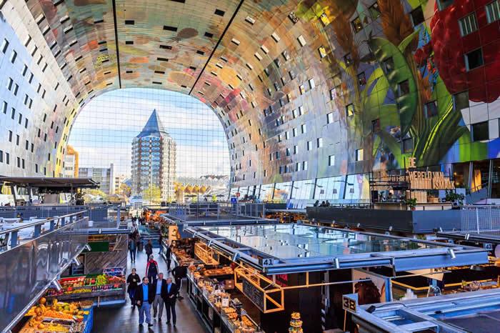 不管你是喜欢挑选新鲜食材、来杯热咖啡,或只是想要一睹地表最庞大的艺术品,鹿特丹的Markthal市场应有尽有。看看荷兰艺术家阿诺‧库内(Arno C